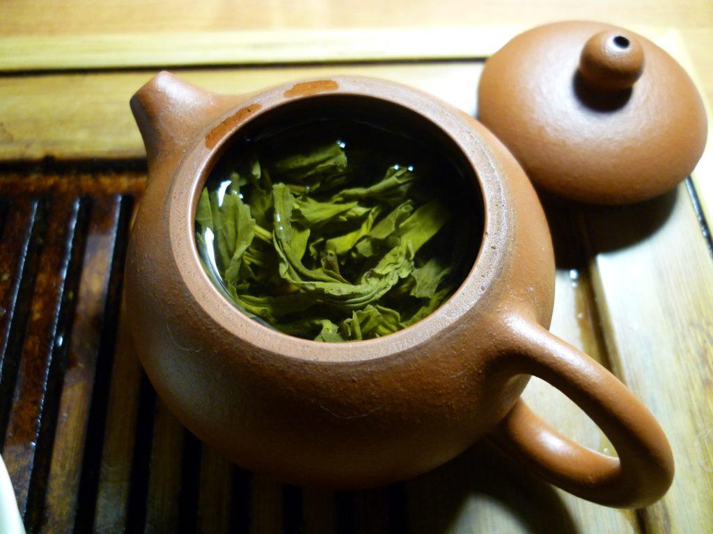 Thé vert pour le soin naturel des cheveux crépus, ondulés, bouclés et frisés.